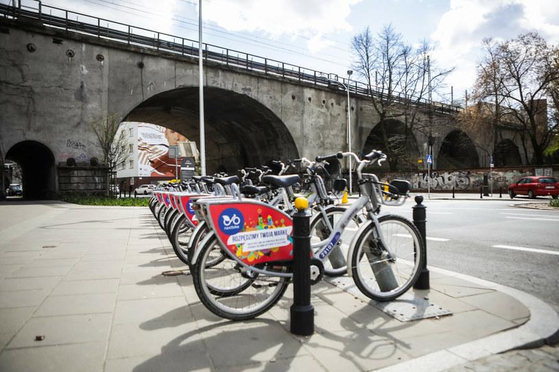"""Współdzielone rowery szturmem wdarły się na ulice polskich miast. Teraz jednak takie systemy dostały """"zadyszki"""" /Adam Burakowski /Reporter"""