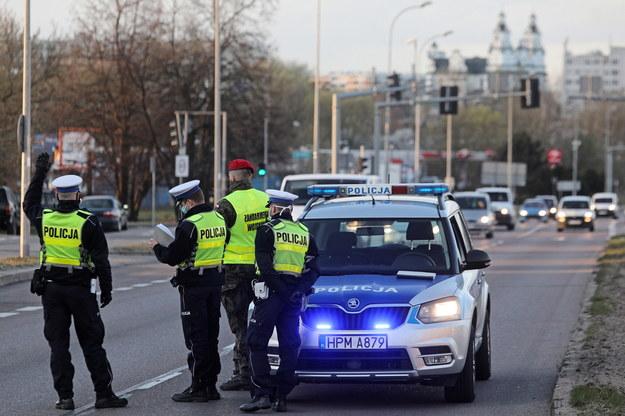 Wspólna kontrola policji i żandarmerii wojskowej na ulicy Sikorskiego w Białymstoku. / Artur Reszko    /PAP