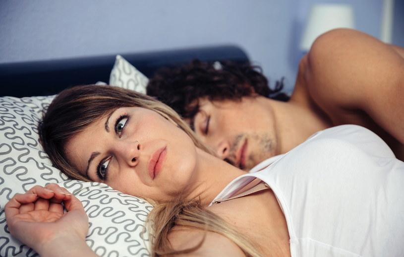 Wspólna wyprawa do łóżka o tej samej porze pomaga budować bliskość między partnerami /123RF/PICSEL