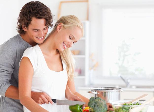 Wspólne gotowanie może byc dobrą grą wstępną /Picsel