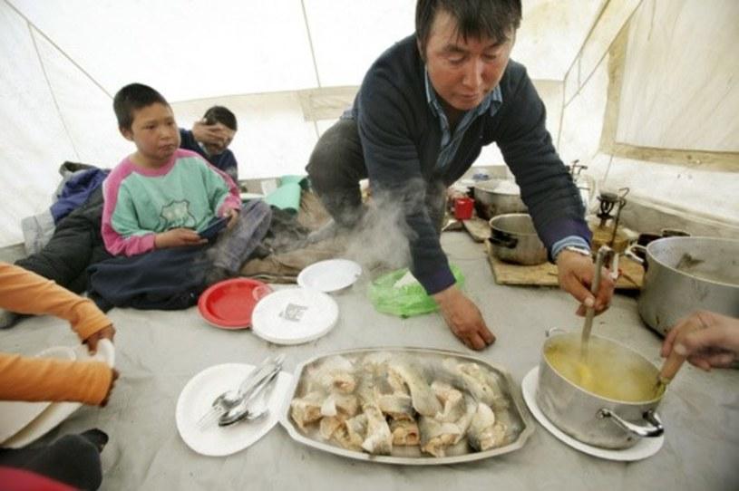 Wspólne posiłki są niezwykle ważne dla Inuitów /East News