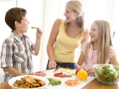 Wspólne posiłki wpływają nie tylko na zdrowie, ale też na dobre relacje w rodzinie  /© Panthermedia