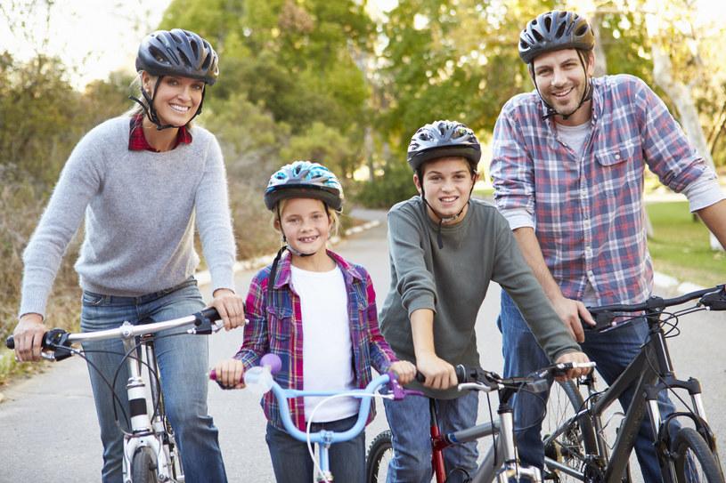 Wspólne uprawianie sportu integruje rodzinę /123RF/PICSEL