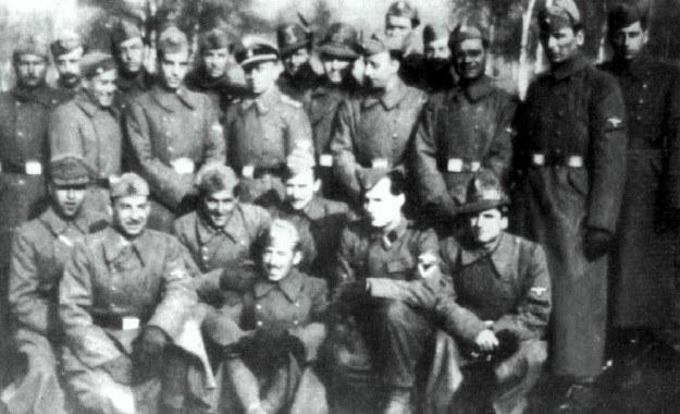 """Wspólne zdjęcie włoskich esesmanów z batalionu """"Dębica"""" i niemieckich oficerów Waffen-SS niedługo po przybyciu na poligon """"Heidelager"""" – widać jeszcze różnorodne umundurowanie włoskich ochotników /Odkrywca"""