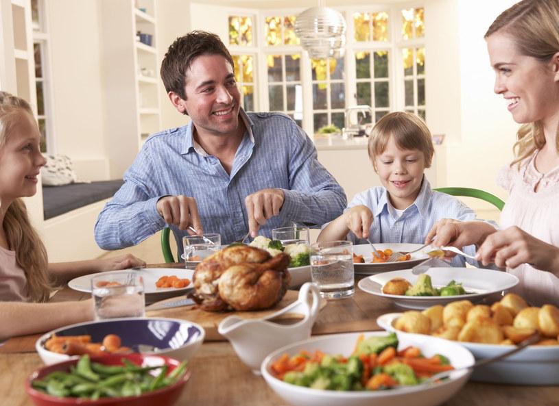 Wspólny posiłek scala rodzinę /123RF/PICSEL