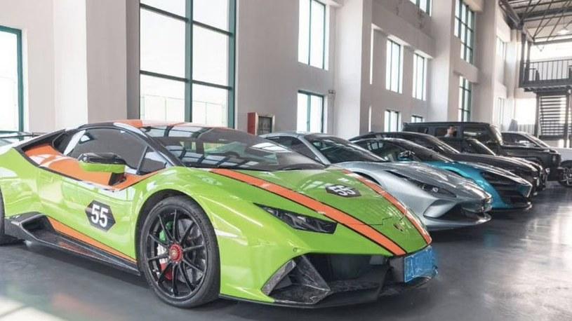 Wśród aktywów przjętych przez policję podczas nalotu znalazły się m.in. luksusowe auta sportowe /Weibo.com /materiały źródłowe