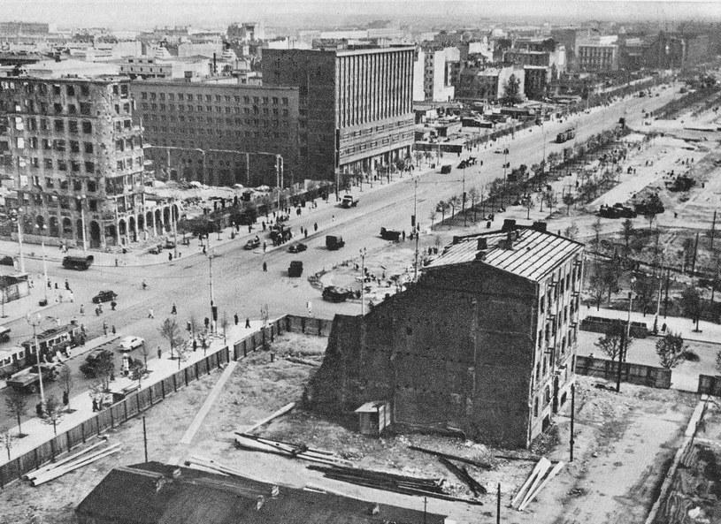 """Wśród budynków, które odegrały ważną rolę na powstańczej mapie był m.in. gmach PKO /Zbyszko Siemaszko - Warszawa 1945–1970, Wydawnictwo """"Sport i Turystyka /Wikimedia"""