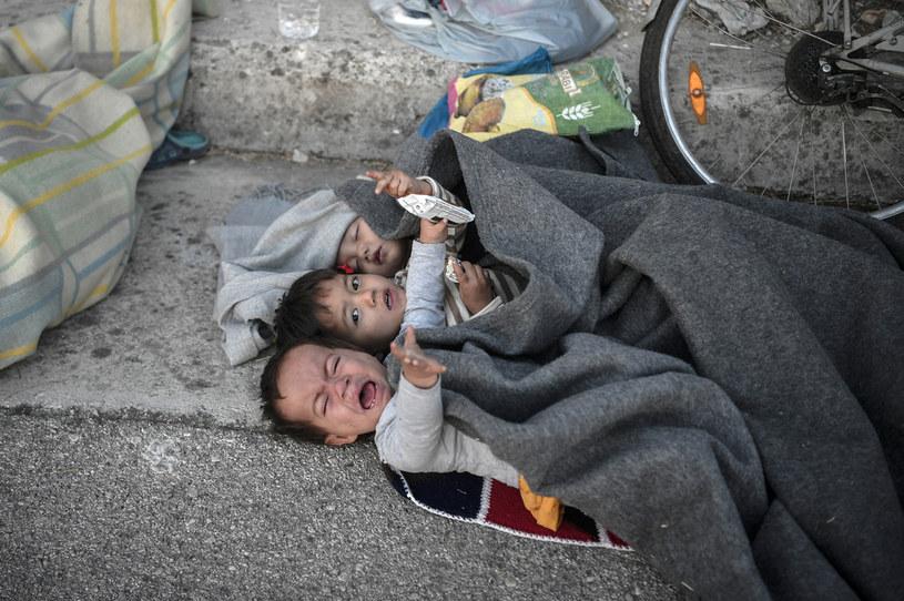 Wśród migrantów i uchodźców na Lesbos jest wiele dzieci, w tym sieroty /LOUISA GOULIAMAKI / AFP /AFP