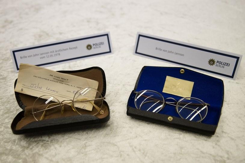 Wśród odnalezionych rzeczy Johna Lennona były także jego charakterystyczne okrągłe okulary /AP Photo/Markus Schreiber /East News