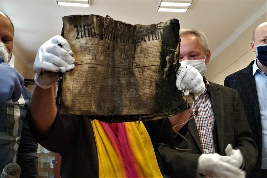 Wśród umieszczonych luzem publikacji znalazły się modlitewnik i gazeta sprzed ponad 120 lat. /Bartłomiej Paulus /RMF MAXXX