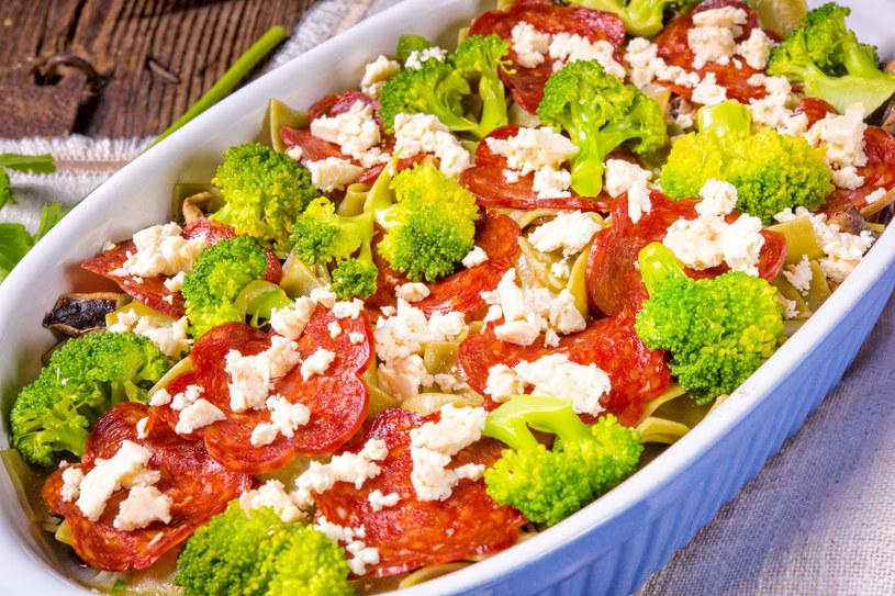 Wstążki z brokułami i salami /123RF/PICSEL