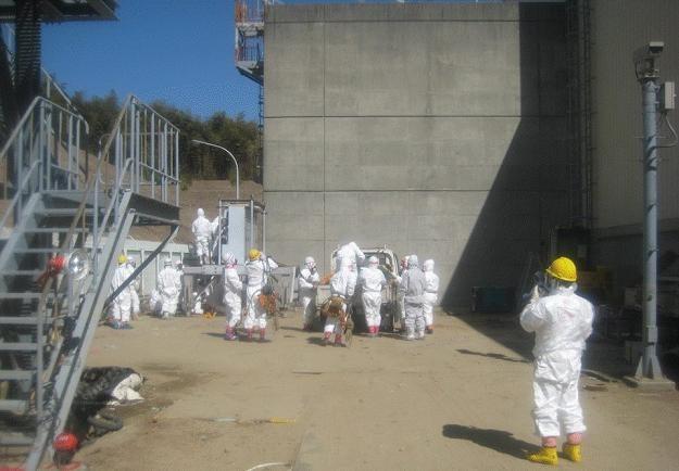 Wstrzymano prace w budynkach reaktorów nr 1 i 2 /PAP/EPA