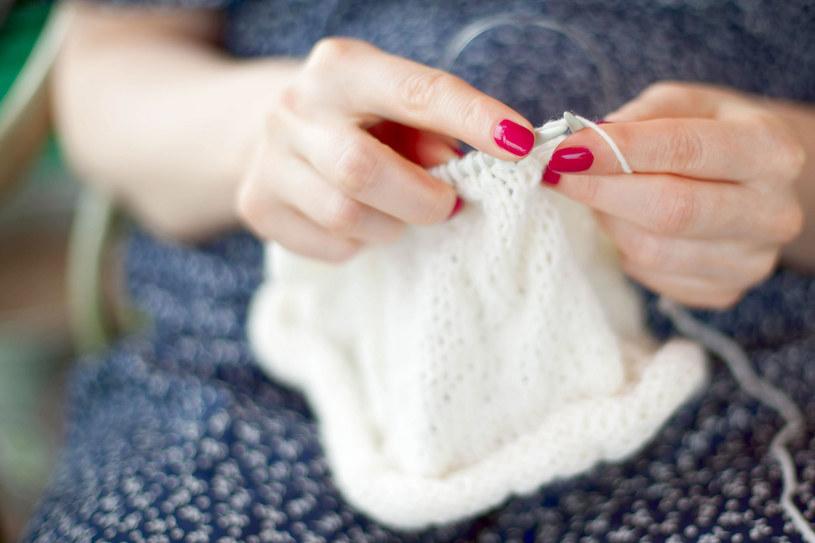 Wszelkie zadania wymagające pracy palców, np. szydełkowanie, haftowanie, robienie na drutach, układanie puzzli, malowanie, mają doskonały wpływ na pamięć i koncentrację /123RF/PICSEL