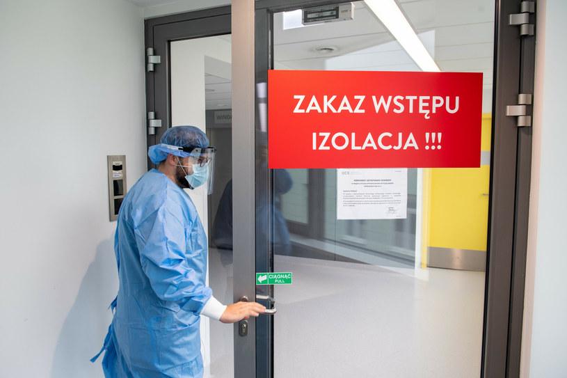 """""""Wszyscy chcemy już zdjąć maseczki, zdjąć kombinezony"""". (Zdjęcie ilustracyjne) /Piotr Hukało /East News"""
