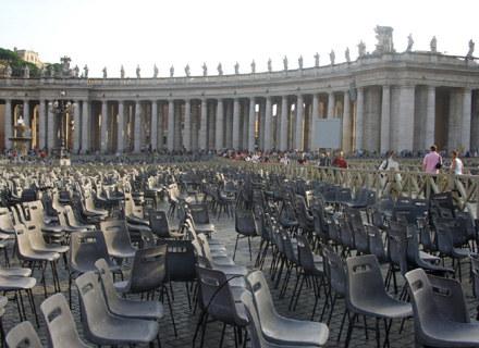 """Wszyscy czekają na uroczystą premierą filmu """"Świadectwo"""" z udziałem papieża Benedykta XVI /INTERIA.PL"""