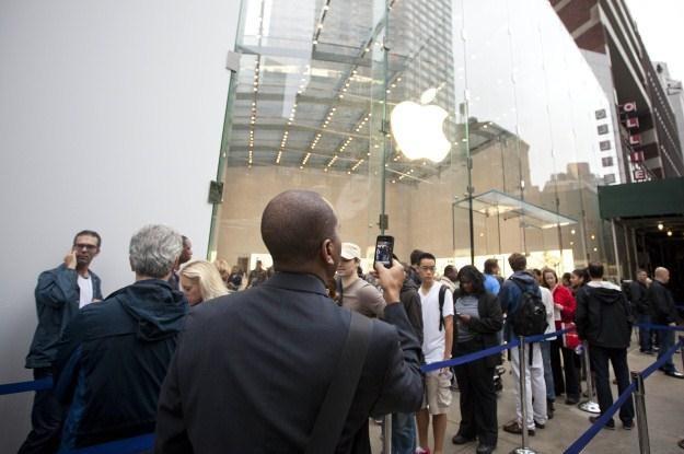 """Wszyscy czekali na iPhone 5, a otrzymali podrasowaną """"czwórkę"""" /AFP"""