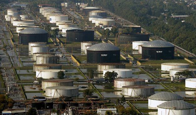 Wszyscy przepłacamy za paliwo? /AFP