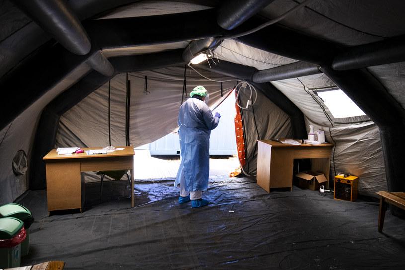 Wszyscy starają się teraz zatrzymać rozprzestrzenianie się koronawirusa. Czesi też wprowadzili twarde restrykcje. /MICHAL KOSC /Agencja FORUM