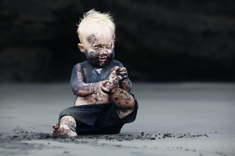 Wszyscy wiemy, że dzieci kwitną, gdy ze wszystkich stron otacza je dobry, staroświecki brud /123RF/PICSEL