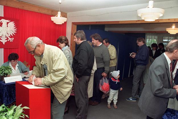 """Wszyscy znają słynne słowa Joanny Szczepkowskiej w """"Dzienniku Telewizyjnym"""": """"Proszę Państwa, 4 czerwca 1989 roku skończył się w Polsce komunizm"""" /Wojciech Druszcz /AFP"""