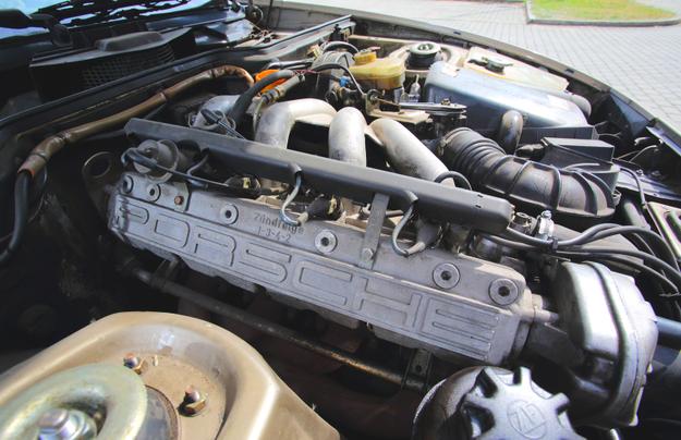 """Wszystkie """"944"""" mają 4 cylindry. Silnik lekko pochylono. /Motor"""