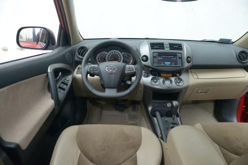 Wszystkie opcje zaznaczone: nawigacja, klimatyzacja automatyczna, tempomat, blokada międzyosiowa. Takie wyposażenie występowało w wersji X, rozpoznawalnej po braku koła zapasowego. /Motor