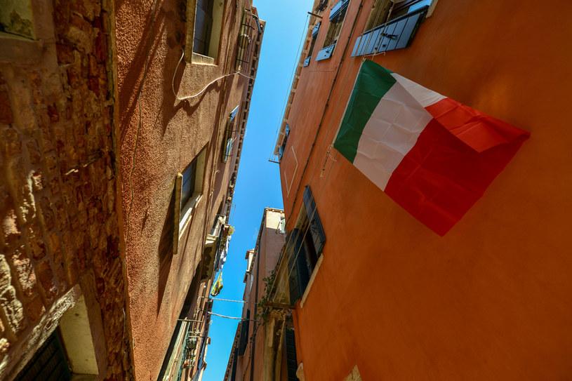 Wszystkie stacje radiowe nadały hymn narodowy w kolejnym dniu epidemii we Włoszech /ANDREA PATTARO /AFP