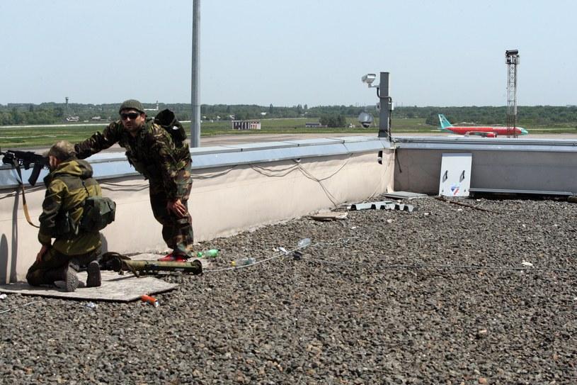 """Wszystkie starty i lądowania w donieckim porcie zostały wstrzymane, a rzecznik lotniska podał, że powodem jest """"wizyta"""" uzbrojonych separatystów. /AFP"""