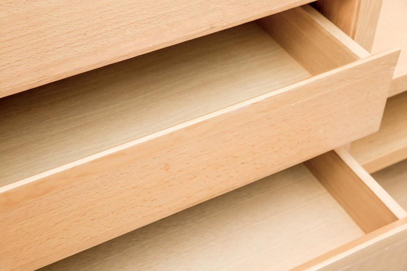 Wszystkie zakamarki mebli należy dokładnie umyć, wytrzeć, a następnie pozostawić otwarte do całkowitego wyschnięcia /123RF/PICSEL
