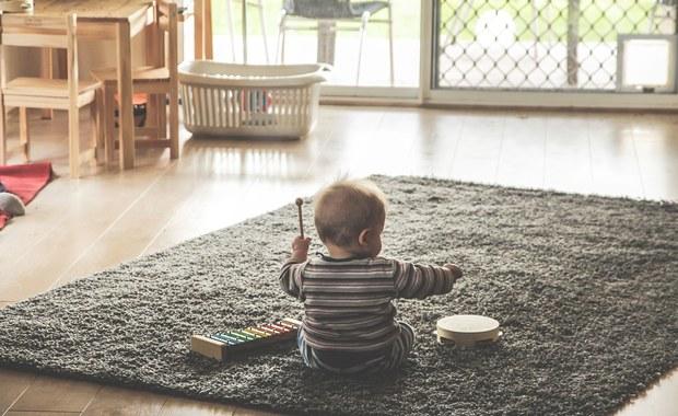 Wtargnął do obcego domu i skatował niemowlę. Usłyszy zarzuty?