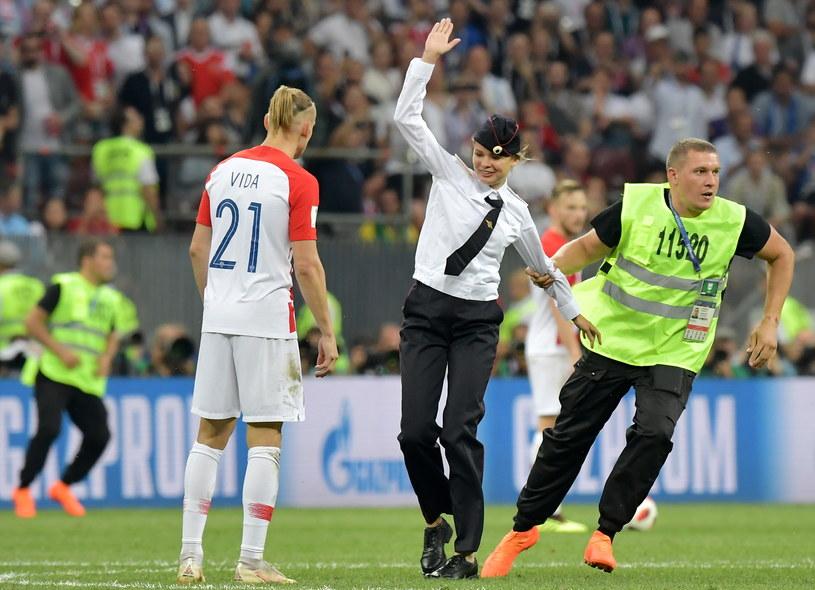 Wtargnięcie na murawę podczas meczu finałowego Francja-Chorwacja /PETER POWELL   /PAP/EPA