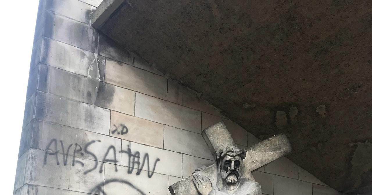 Wulgarne, antyreligijne malunki na kapliczkach Kalwarii Panewnickiej. Policja szuka sprawców