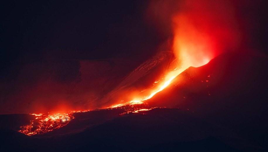 Wulkan Etna w nocy z niedzieli na poniedziałek /Angela Platania /PAP/EPA