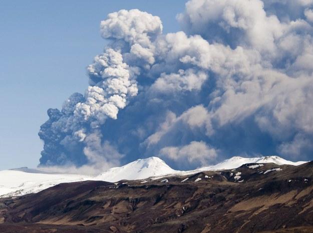 Wulkan eyjafjallajökull na zdjęciu archiwalnym z kwietnia 2010 roku /S.Olafs /PAP/EPA