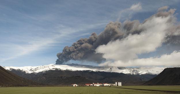 Wulkan Eyjafjoell na razie się uspokoił /AFP