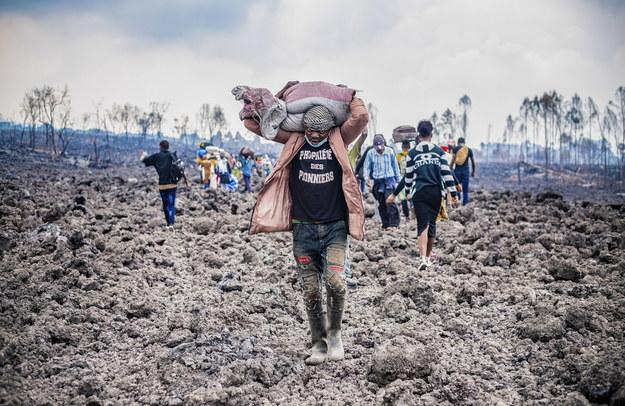 Wulkan nadal zagraża bezpieczeństwu mieszkańców. Wiele osób zdecydowało się na ucieczkę /Michel Lunanga /PAP/EPA