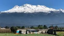 Wulkan zasypany śniegiem. Niskie temperatury i zima w Meksyku