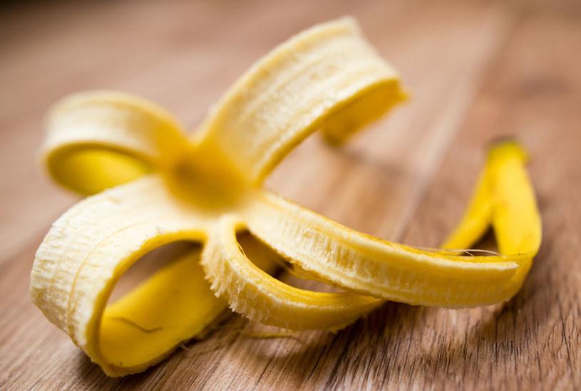 Wybiel zęby skórką od banana /©123RF/PICSEL