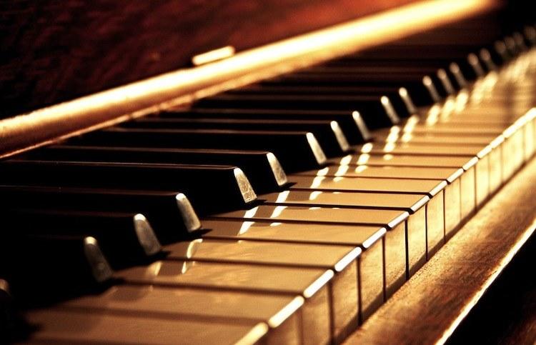Wybielanie klawiszy fortepianu /© Photogenica