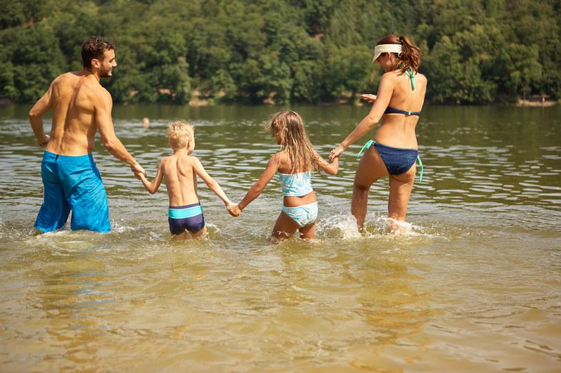 Wybieraj kąpieliska, nad którymi czuwają ratownicy /123RF/PICSEL