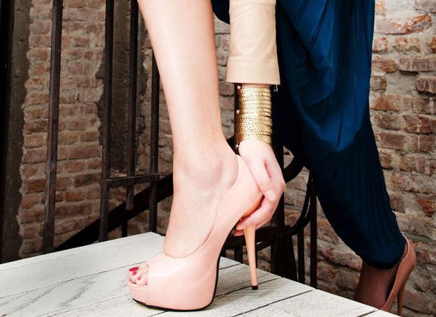 Wybieraj obuwie, które nie będą deformować stóp /123RF/PICSEL