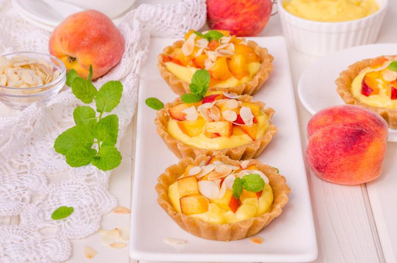 Wybieraj okazy, które będą dość miękkie, ale nie obite. Takie owoce smakują najlepiej i dopełniają nasze wypieki /123RF/PICSEL