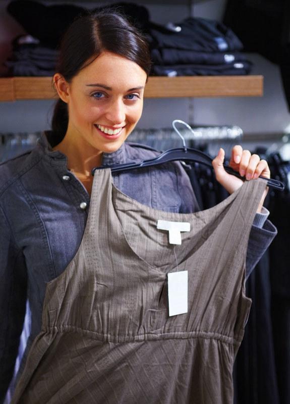Wybieraj second-handy, w których ubrania są selekcjonowane i wyeksponowane na wieszakach  /© Panthermedia