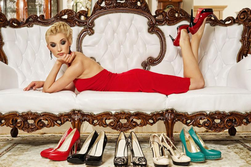 Wybierając dla siebie buty w sklepie, kieruj się rozsądkiem, a nie modą /123RF/PICSEL