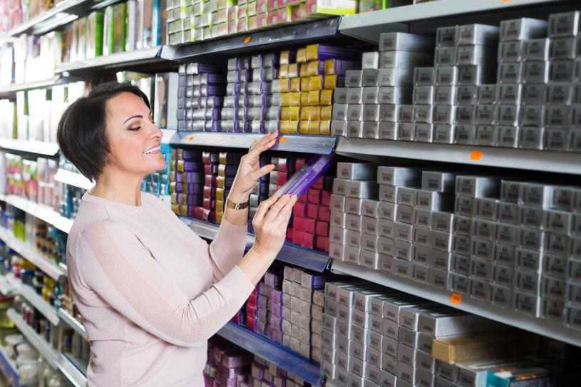 Wybierając farbę w sklepie, pamiętaj również o właściwościach pielęgnacyjnych i dołączonych do zestawu odżywkach /123RF/PICSEL