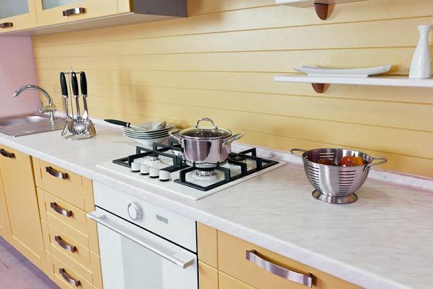 Wybierając meble do kuchni trzeba pamiętać o stosunku jakości produktu do jego ceny /©123RF/PICSEL