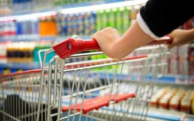 Wybierając się na codziennie zakupy w markecie nie zapomnijcie włożyć do koszyka jakieś gry /123RF/PICSEL