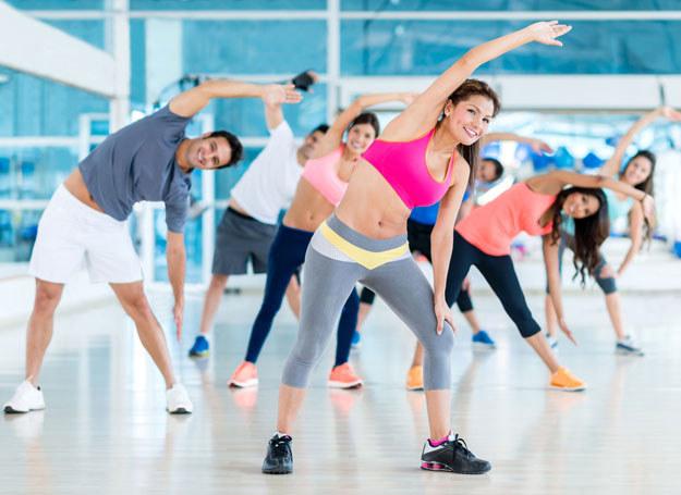 Wybierając się na fitness można zapomnieć o ciemnych strojach /123RF/PICSEL