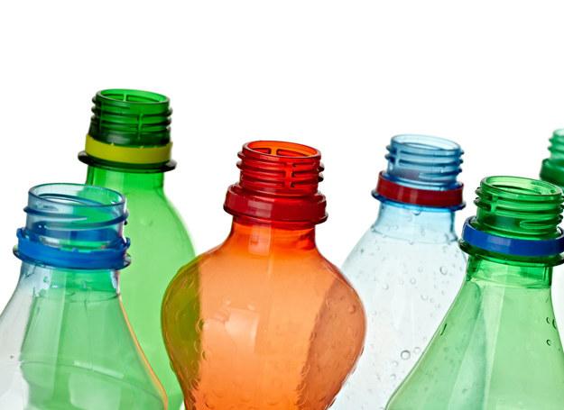 Wybierając wodę smakową lub inne napoje warto sprawdzić ich skład, by wiedzieć czy kupowany produkt zawiera konserwanty. /123RF/PICSEL