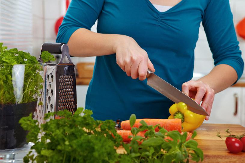 Wybierając zdrowszy produkt, często zaoszczędzimy /123RF/PICSEL
